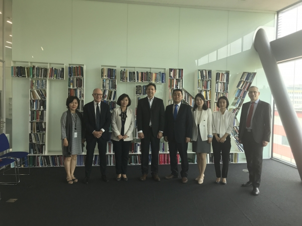 Delegation of the Ministry of Unification of South Korea, led by Director of Ecomonic and Social Analysis Division Kang Sung Hwan (center-right), at the GCSP on 31 May 2018